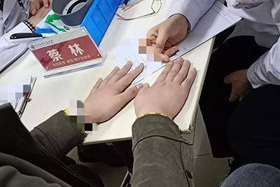 指甲的点状凹变